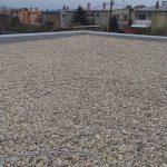 plochá strecha esteticky upravená guľatými kamienkami